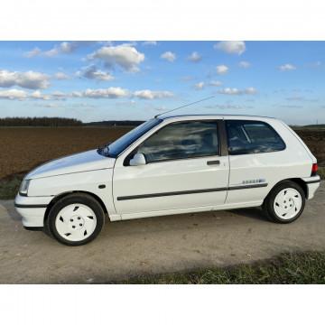 N° 8 - RENAULT CLIO RT 1.7 SÉRIE LIMITÉE «OLYMPIQUE 92»  - 1992. Une Clio, oui mais seulement 1.800 exemplaires !!! A l'occasion des Jeux Olympiques d'Hiver d'Albertville 1992, Renault mis 1500 véhicules de la marque à disposition de l'organisation. Cet é